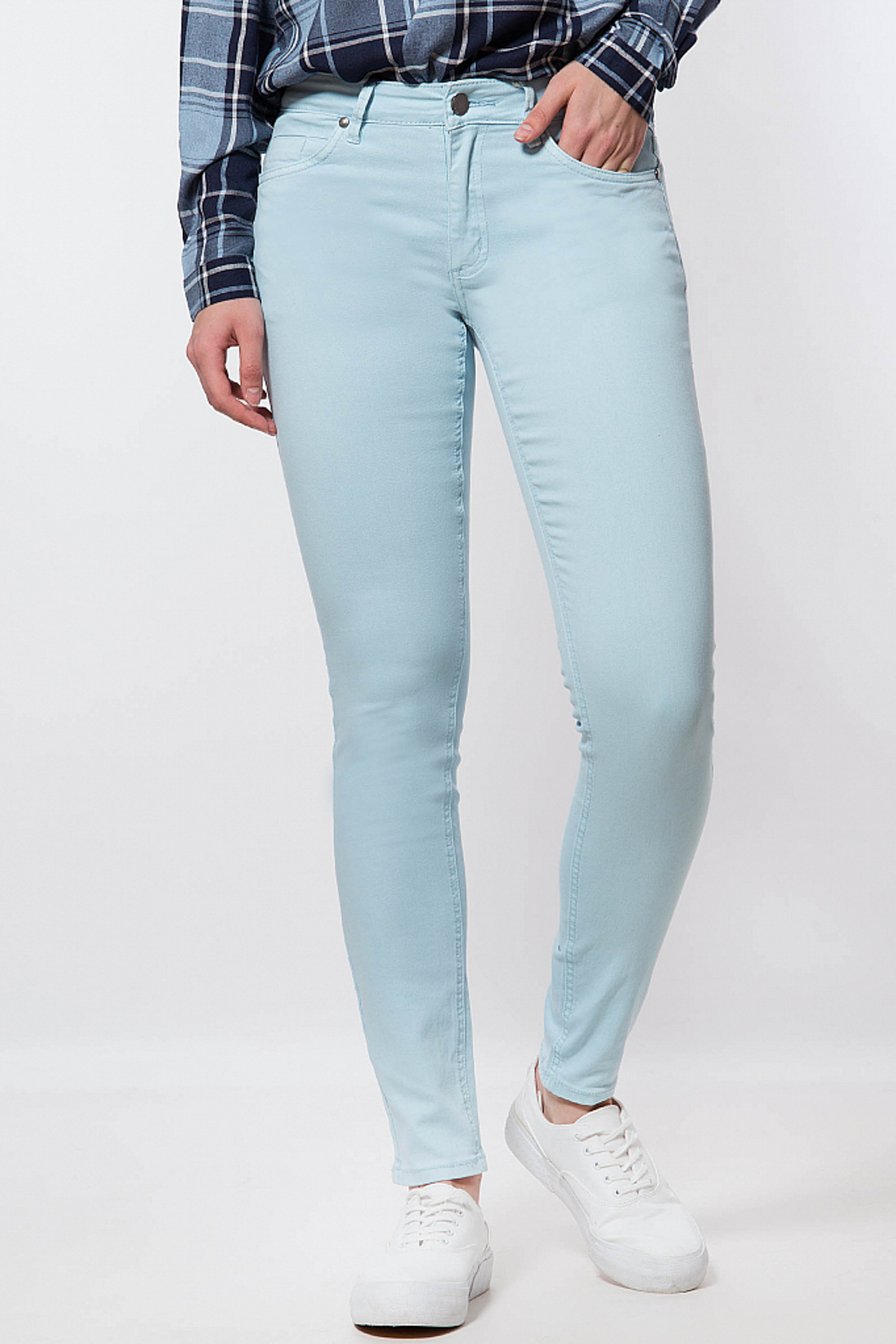 Фото 2 - Джинсы женские светло-голубого цвета